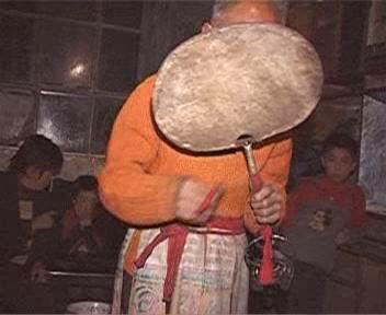 羊皮鼓。上文介绍的三山刀常被羊皮鼓代替。鼓的下部照样有三环。