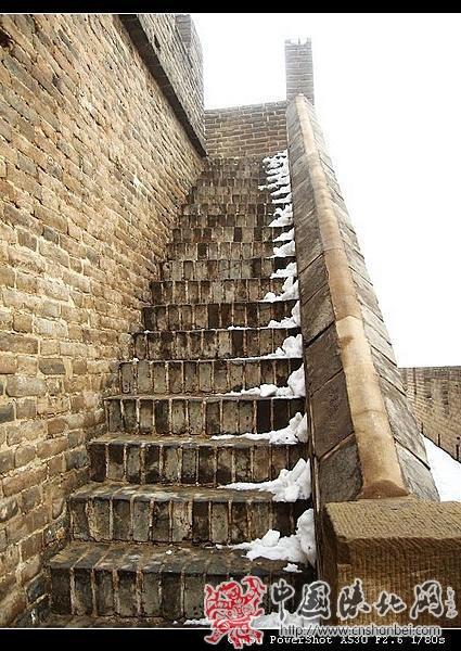上镇北台烽火台的楼梯