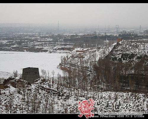 高出远望白雪覆盖下的万里长城第一台